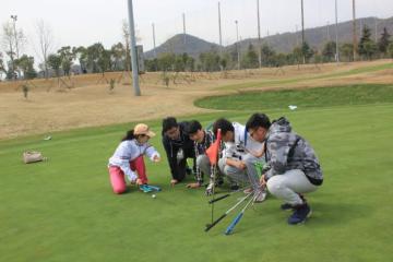 学生在高尔夫球练习课上
