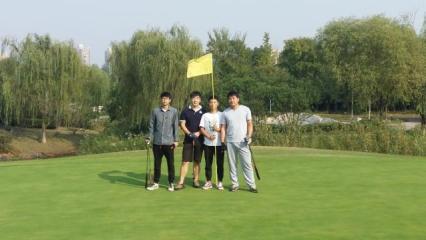 学生在高尔夫球场